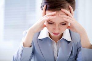 Девушка в стрессе - одна из причин вздутия живота