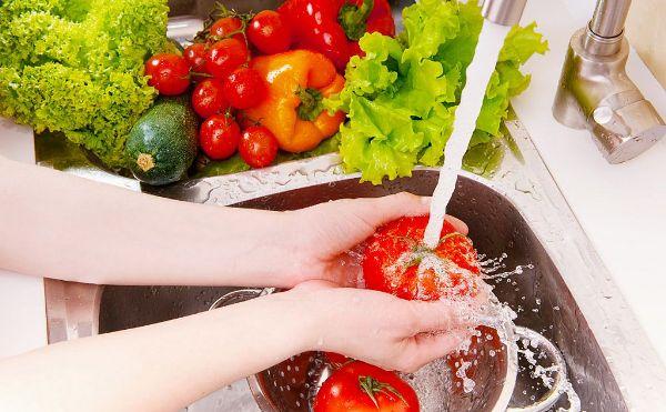 Необходимо хорошо мыть фрукты и овощи перед едой