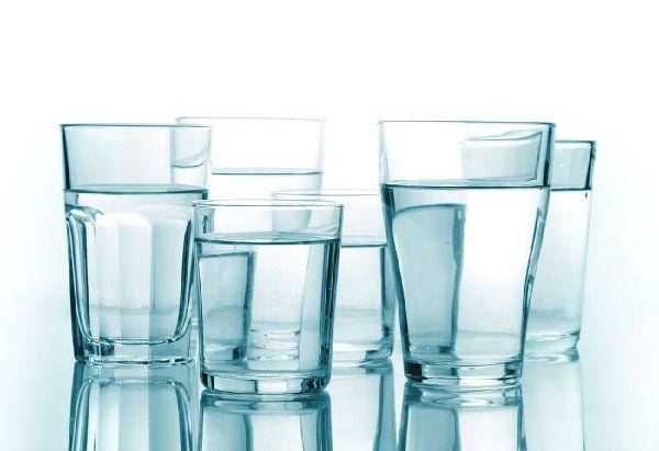 В день следует выпивать не меньше 1,5-2 л воды